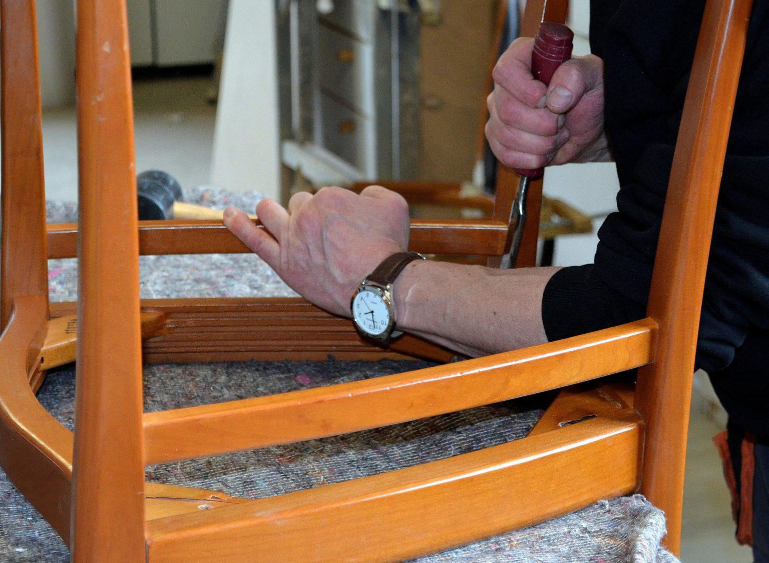Kleber von Holz entfernen