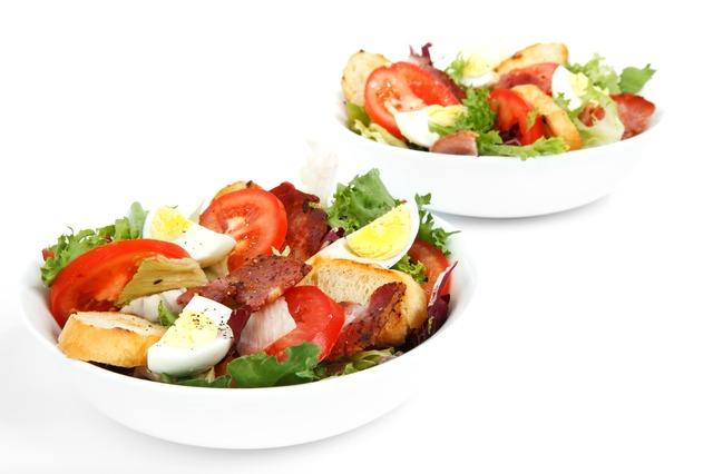 Salate zu Gegrilltem sind ein absolutes Must-Have. Wir nennen Ihnen 3 leckere Rezepte für Salate, mit denen Sie bei Ihren Gästen auf jeden Fall punkten werden. Wie wäre es mit Schichtsalat mit Thunfisch, Nudelsalat nach ungarischer Art oder Reissalat mit Pute und Lauch?