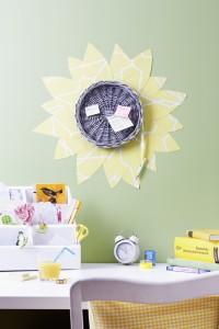 Selbstgemachte Pinnwand aus einem Korbtablett mit Blumenmuster