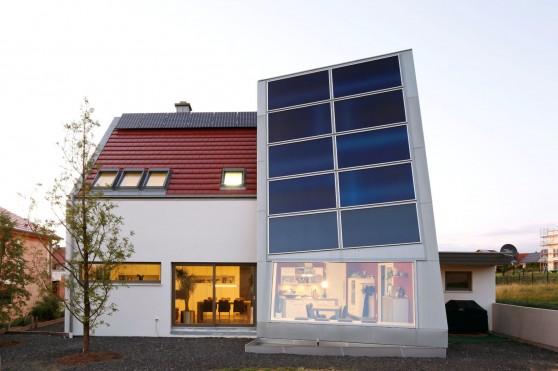 Visionär bauen mit massivem Holz: Eine gute Wärmedämmung und selbst erzeugter Strom sorgen für mehr Unabhängigkeit von den Energiepreisen. Foto: djd/Massiv-Holz-Mauer/Herrmann Massivholzbau