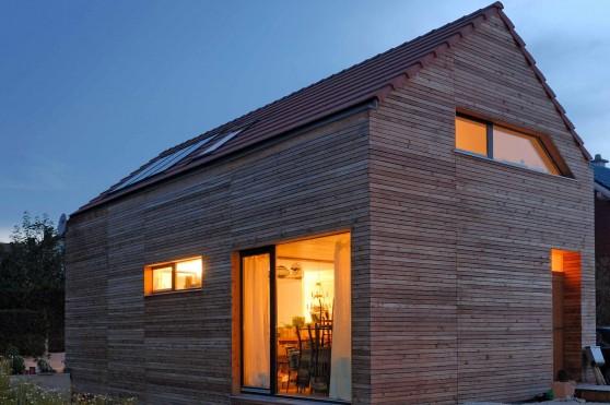 Ganz aus Holz und doch massiv: moderne Holzwohnhäuser. Foto: djd/Massiv-Holz-Mauer/Architekt Uwe Klose
