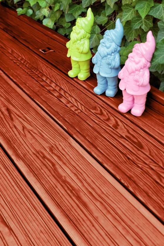 Ein spezielles Pflegeöl lässt Holzdielen auf der Terrasse wieder farbfrisch erstrahlen. Foto: djd/Dauerholz