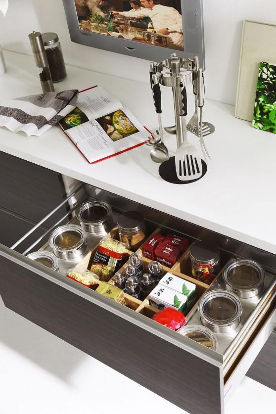Werden bei der Planung auch Details beachtet, fällt das Arbeiten in der Küche später umso leichter. So sorgen etwa Einsätze in den Schrankauszügen für Ordnung und Übersichtlichkeit. Foto: djd/KüchenTreff GmbH & Co. KG
