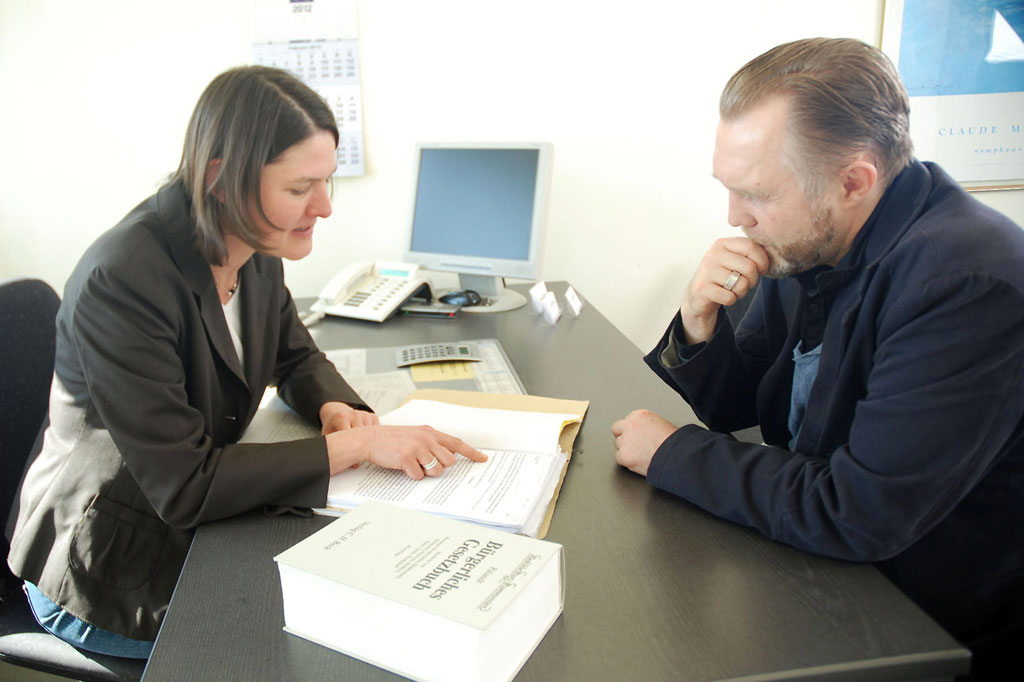 Wer unsicher ist, ob seine Betriebskostenabrechnung korrekt ist, kann sich etwa beim IV Mieterschutz beraten lassen. Foto: djd/Interessenverband Mieterschutz e.V.