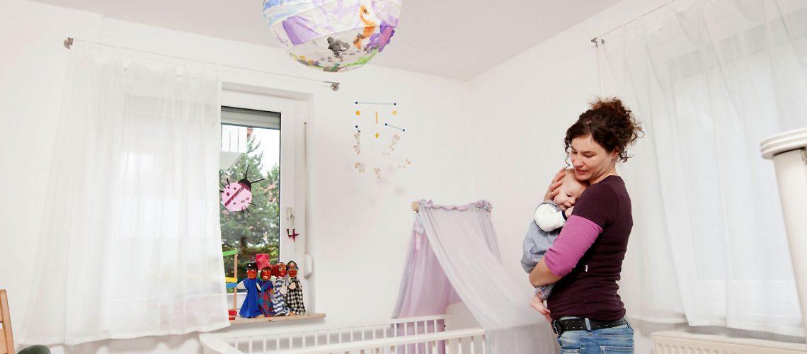 Rauchmelder in Verbindung mit zentralen Alarmanlagen schützen die ganze Familie sicher vor Feuer und lassen im Ernstfall genügend Zeit, um alle in Sicherheit zu bringen. Foto: djd/TELENOT ELECTRONIC GMBH