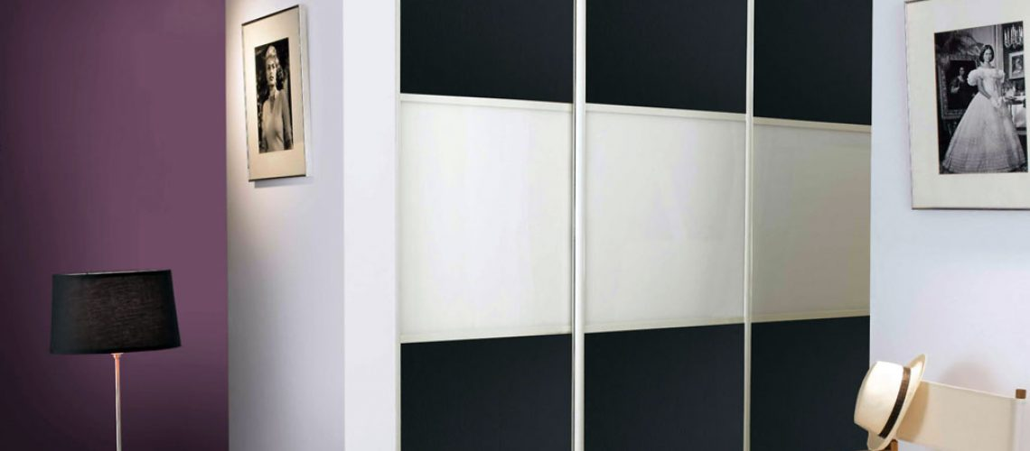 Schnell und einfach mit Effektplatten beklebt, ist der alte Schrank nicht mehr wiederzuerkennen. Foto: djd/Gutta Werke