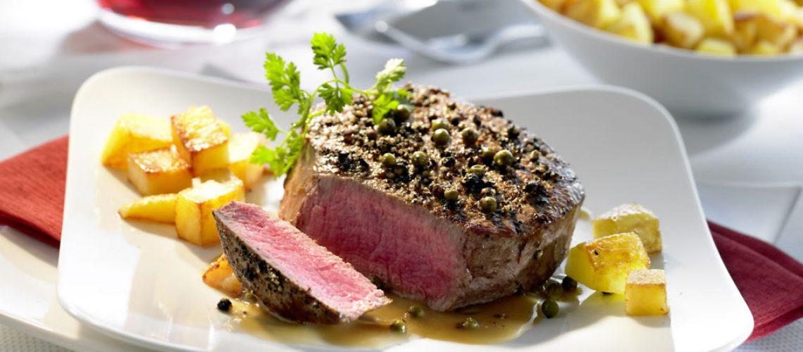 Mit Pfeffer und Salz sollte man das Steak erst nach dem Braten würzen. Foto: djd/www.qs-live.de